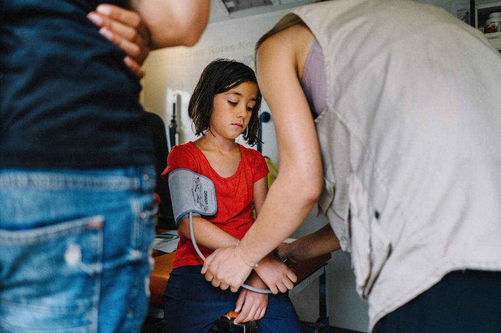 Minderjähriges Mädchen wird behandelt